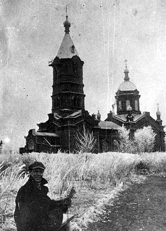 Александро-Невская церковь и заросшая бурьяном Александровская площадь в г. Кургане. 1920-е гг.