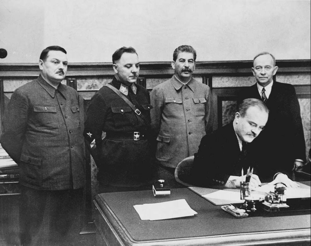 А.А. Жданов среди руководителей СССР на подписании договора с Финляндией. 1947 г.