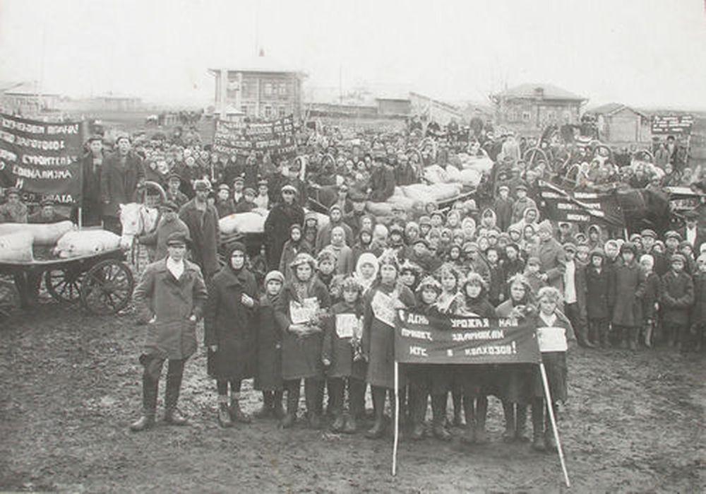 Красный обоз колхозов «Красный партизан» и «1-е мая». с.Мостовское (сейчас Варгашинский район Курганской области). 1932 г.