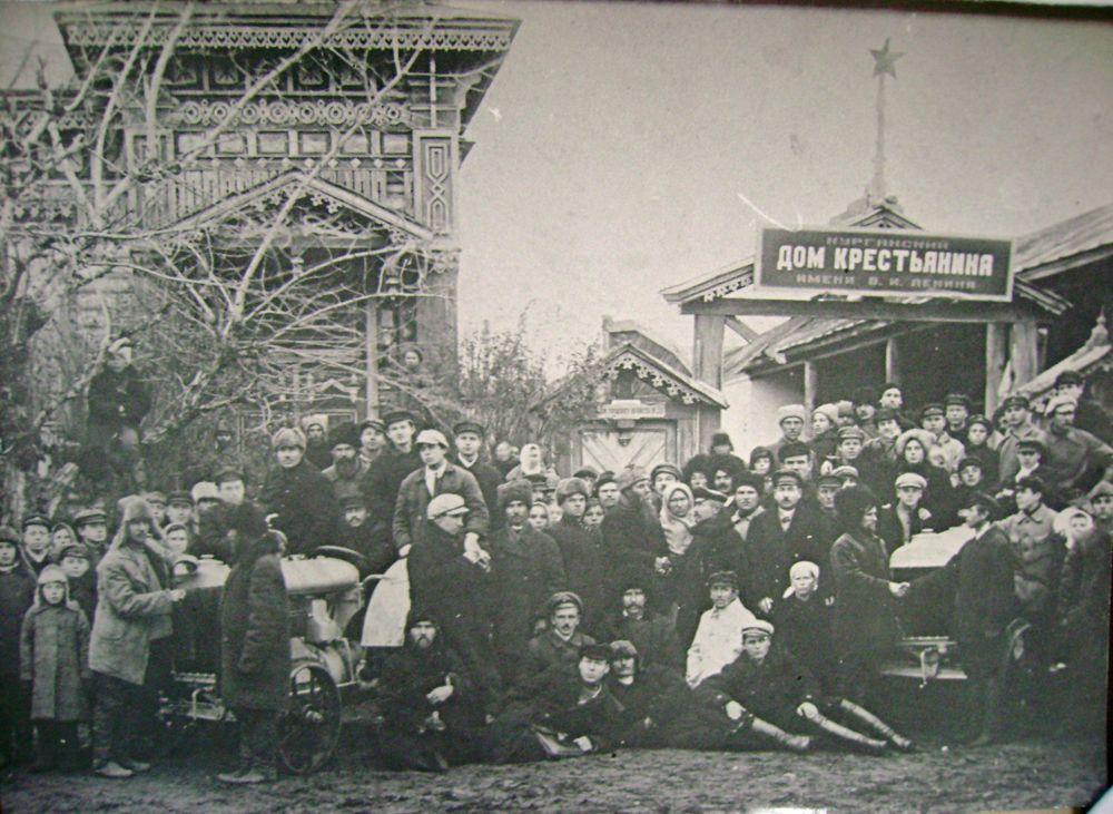 Крестьяне и рабочие возле Дома крестьянина имени В.И. Ленина. г.Курган. 1933 г.