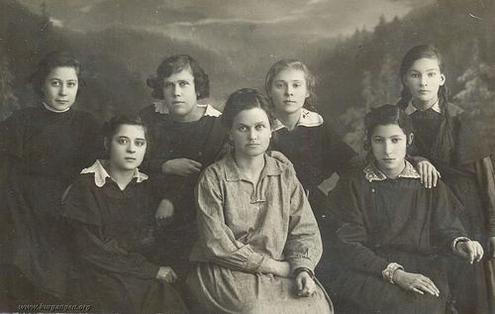 Ученицы школы II ступени г. Кургана с учительницей. г.Курган. 1924 г.