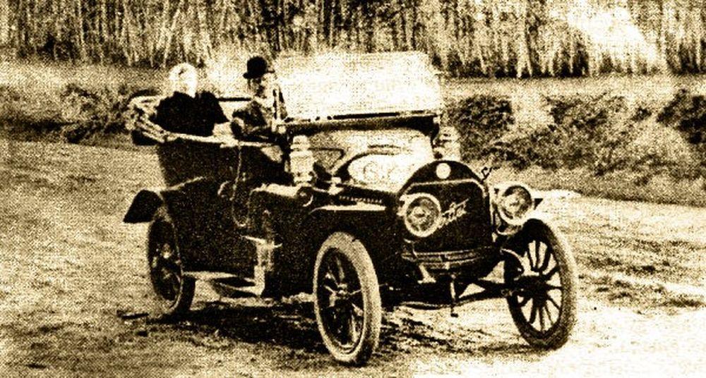Балакшин на первом в Кургане автомобиле.Фотография А.И.Кочешева. Начало ХХ века.