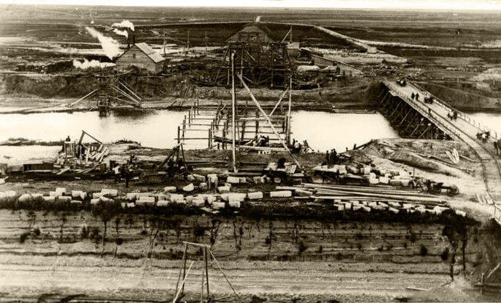 Строительство железнодорожного моста у Кургана.Фотография А.И.Кочешева. Начало ХХ века.