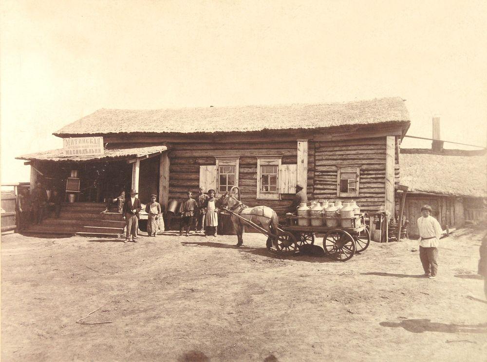 Привоз молока на приемный пунк.тФотография А.И.Кочешева. Начало ХХ века.