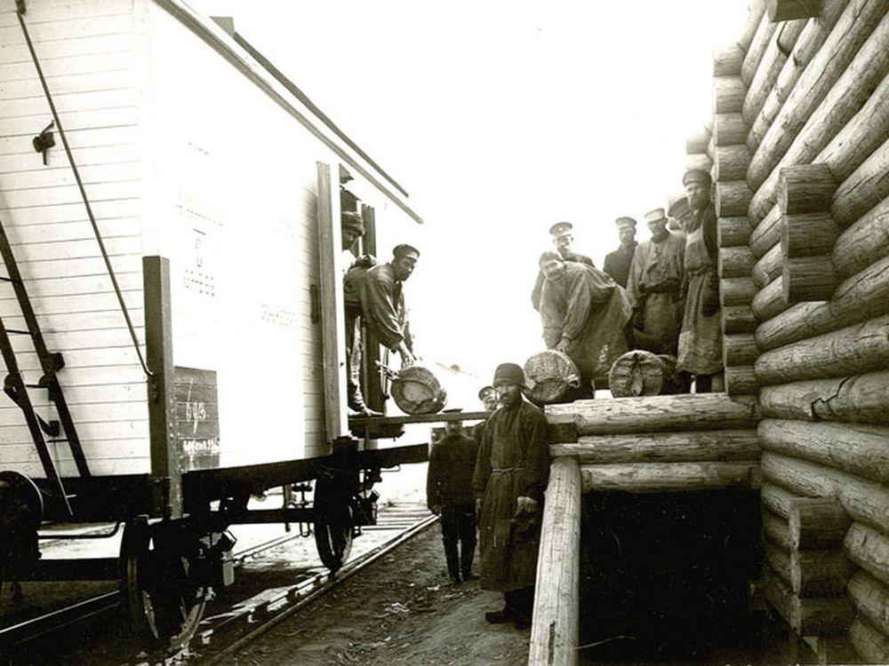 Погрузка масла в вагоны-рефрижераторы.Фотография А.И.Кочешева. Начало ХХ века.