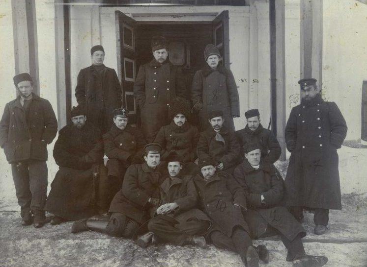 Стачечный комитет железнодорожников на крыльце тюрьмы