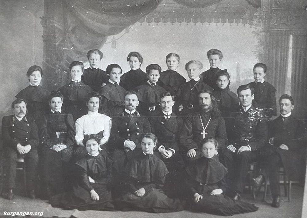 Выпускная фотография преподавателей и учащихся Александровской женской гимназии 1909 г. Фотография А.И.Кочешева. Начало ХХ века.