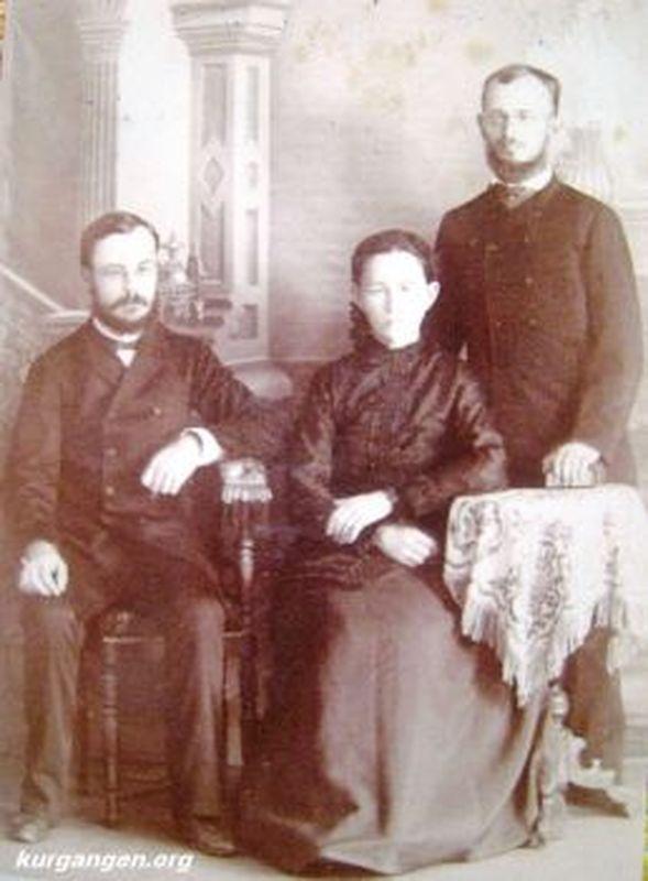 К.Я. Маляревский (справа) с женой и братом Г.Я. Маляревским, директором народных училищ Тобольской губернии.