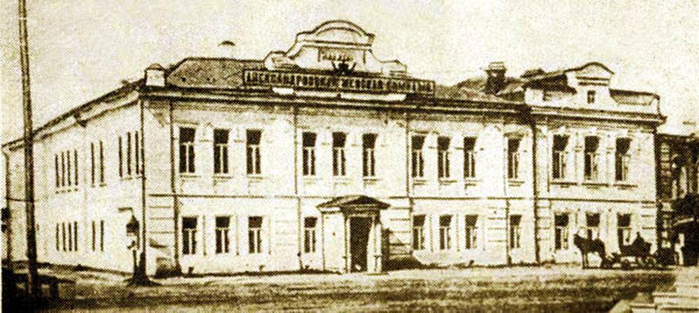Здание Александровской женской гимназии.Фотография А.И.Кочешева. Начало ХХ века.