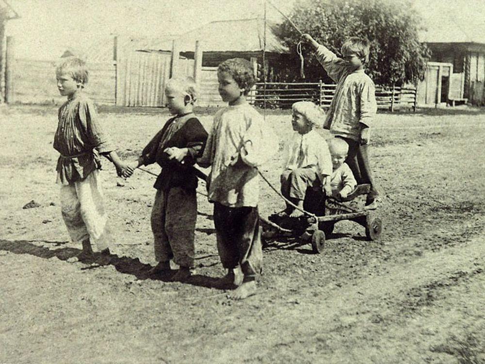 Уличные мальчишки, игра в «тройку». Фотография А.И.Кочешева. Начало ХХ века.