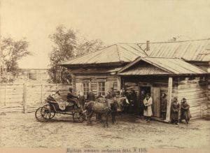 Приезд земского заседателя к волостному правлению. Фотография А.И.Кочешева. Начало ХХ века.