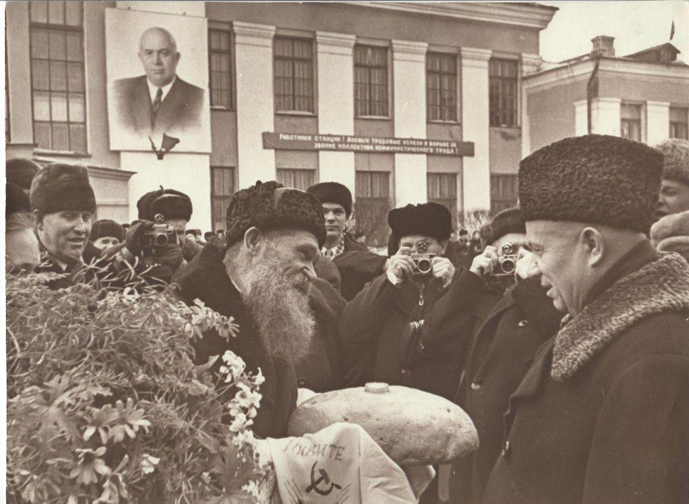 Торжественная встреча Н.С. Хрущёва, приехавшего в Курган наградить Курганскую область орденом Ленина. 1961 г.