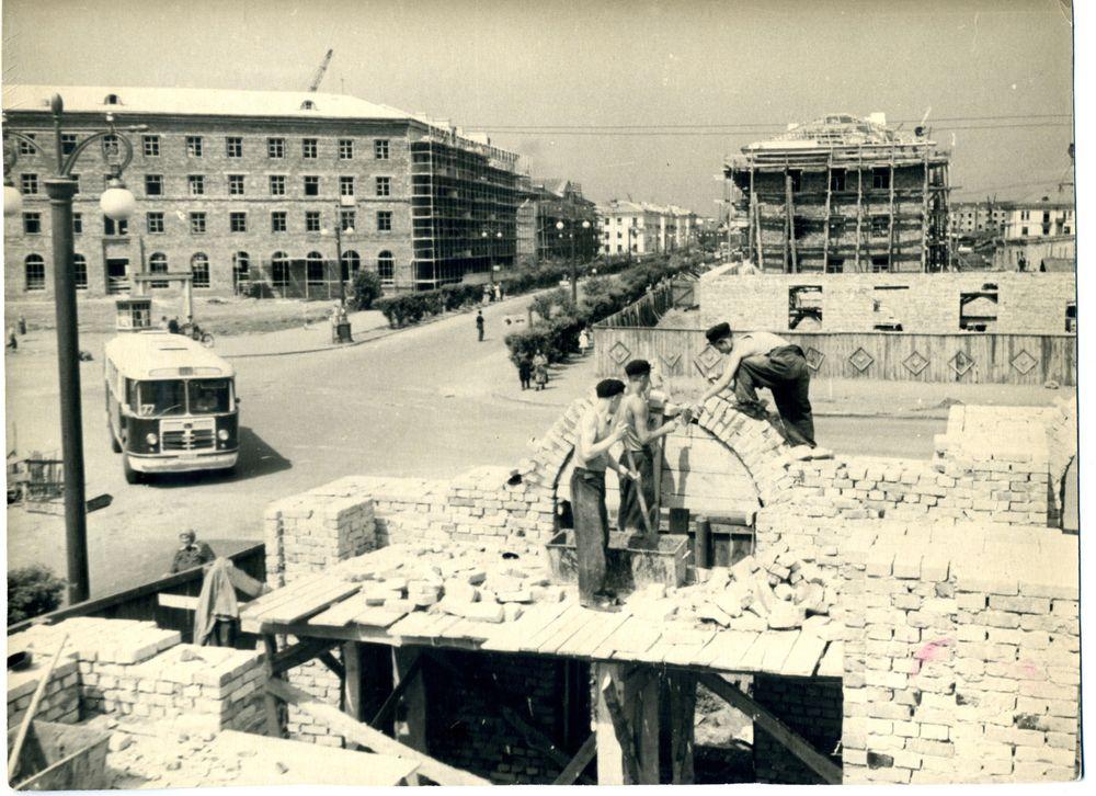 Общий вид строительства жилых домов в районе ул. Красина и К. Мяготина. Г. Курган. 1958 г.