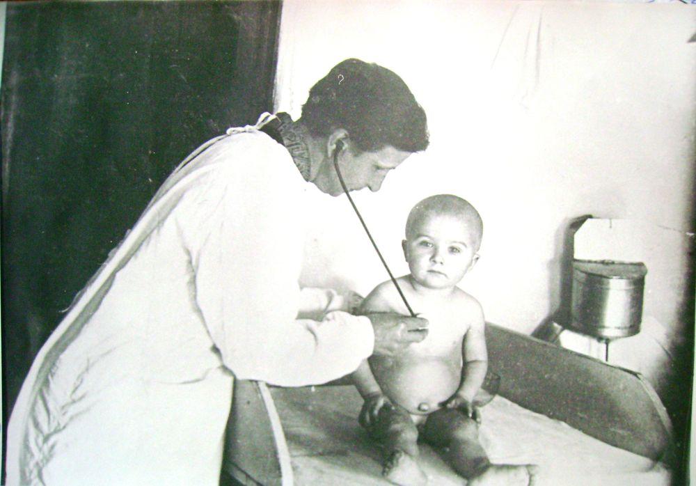 Врач К.А. Церазова ведёт приём больного ребенка в детской консультации г. Кургана. 1930-е гг.