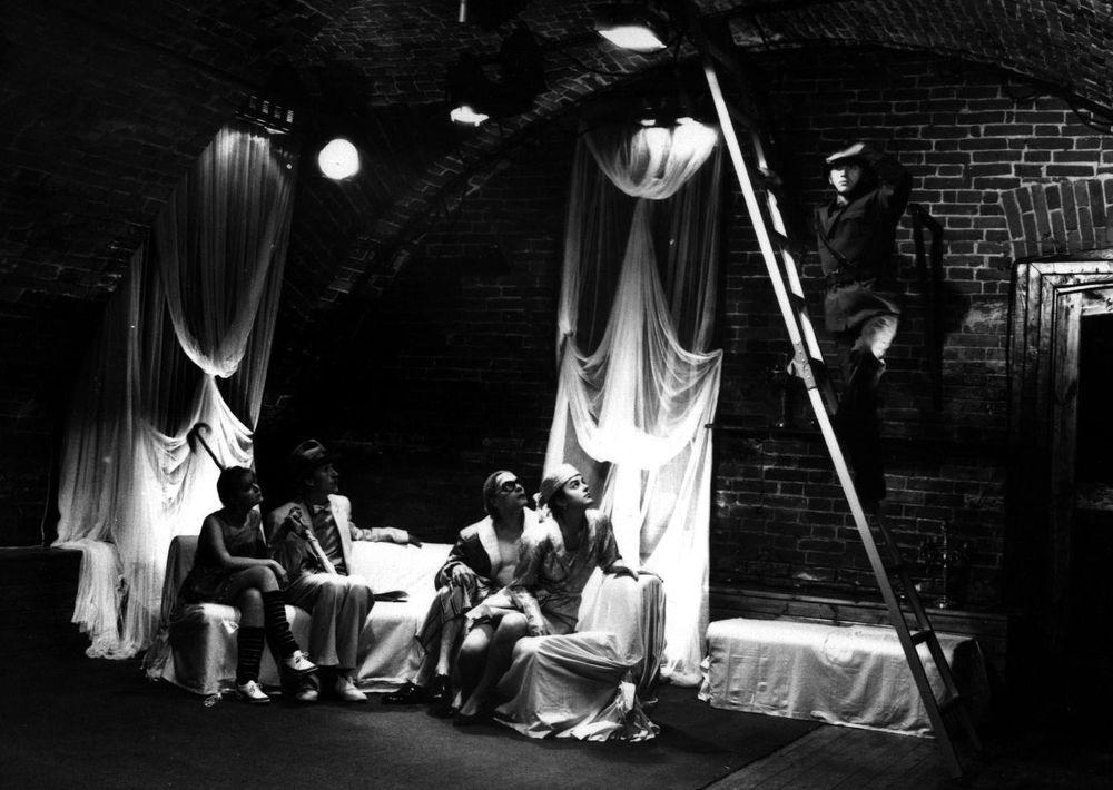 Сцена из спектакля театра-студии «Ателье». 1990 г.