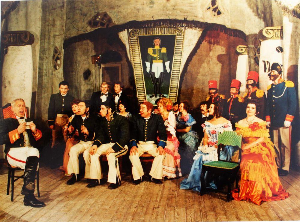 Сцена из спектакля Шадринского драмтеатра. 1984 г.
