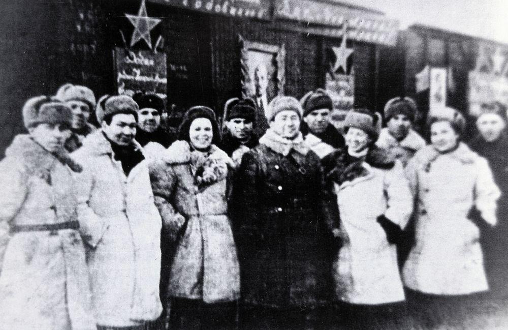 Железнодорожники, доставившие подарки от зауральцев на фронт.1942 г.