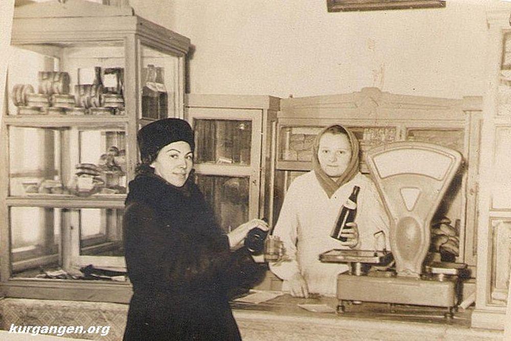 В буфете Завода деревообрабатывающих станков. Курган. 1950-е гг.