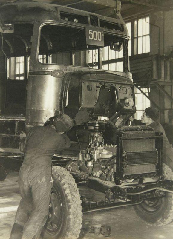 Установка кузова автобуса на шасси на Курганском автобусном заводе (КАВЗ). 1950-е гг.