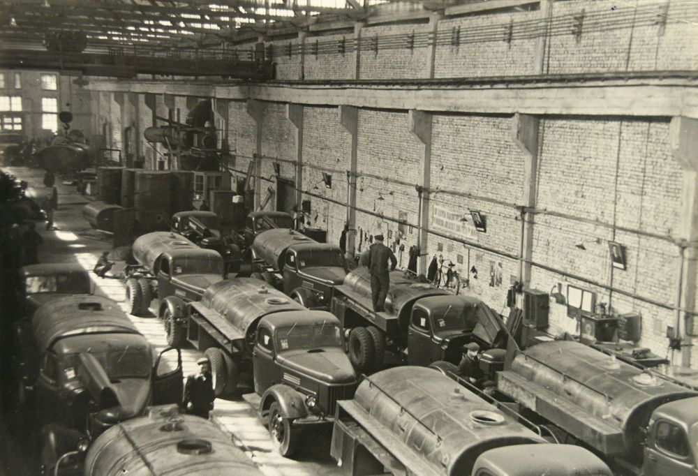 Сборочный цех бензовозов. Курганский завод дорожных машин. 1967 г.