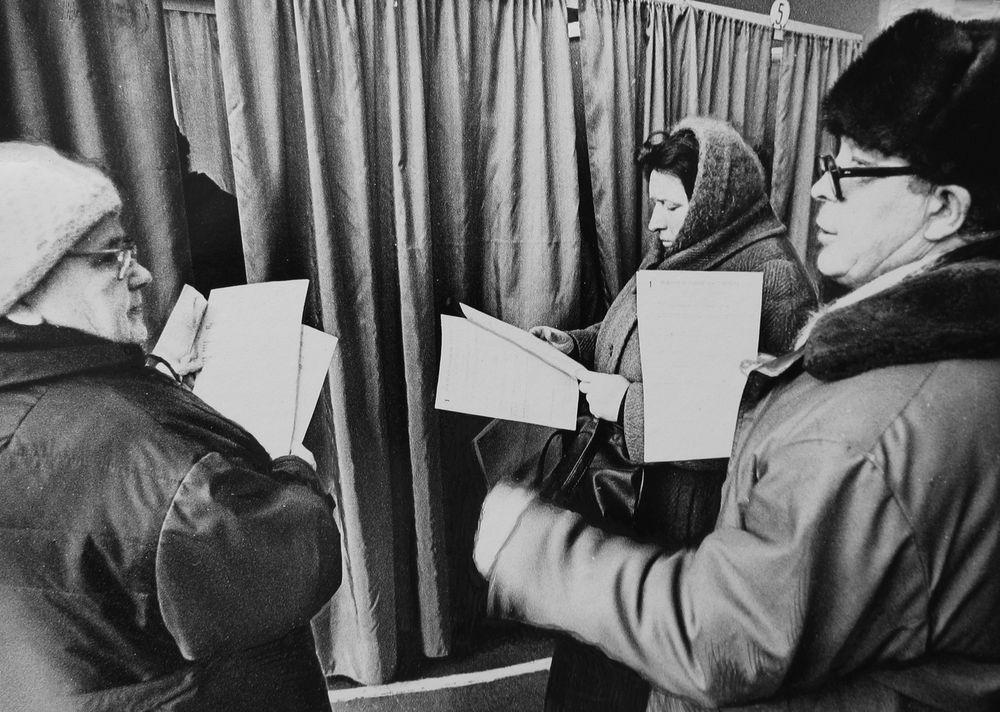 Избиратели у кабинки для голосования.