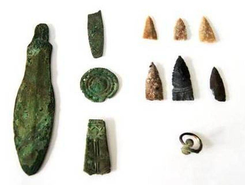 Каменные наконечники стрел, бронзовый нож и украшения