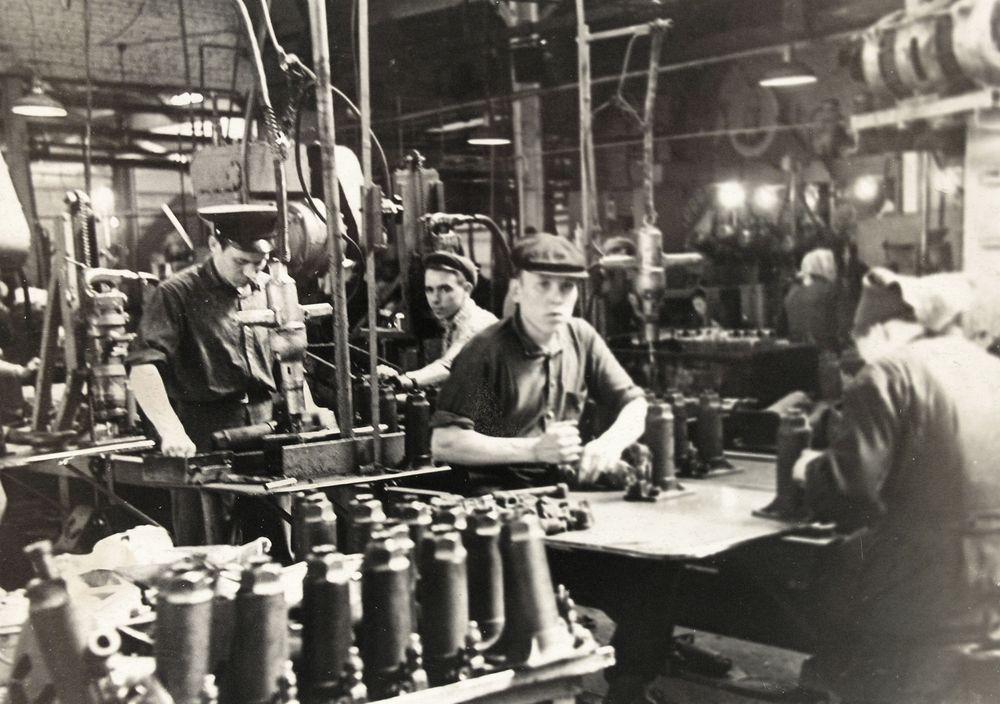 В цехе Шадринского автоагрегатного завода. 1950-е гг.