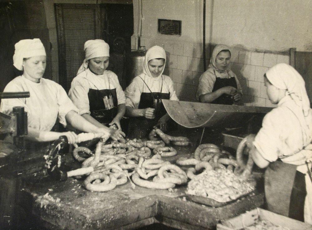 Набивка колбасы шприц-аппаратом в цехе Курганского Мясокомбината. 1956 г.