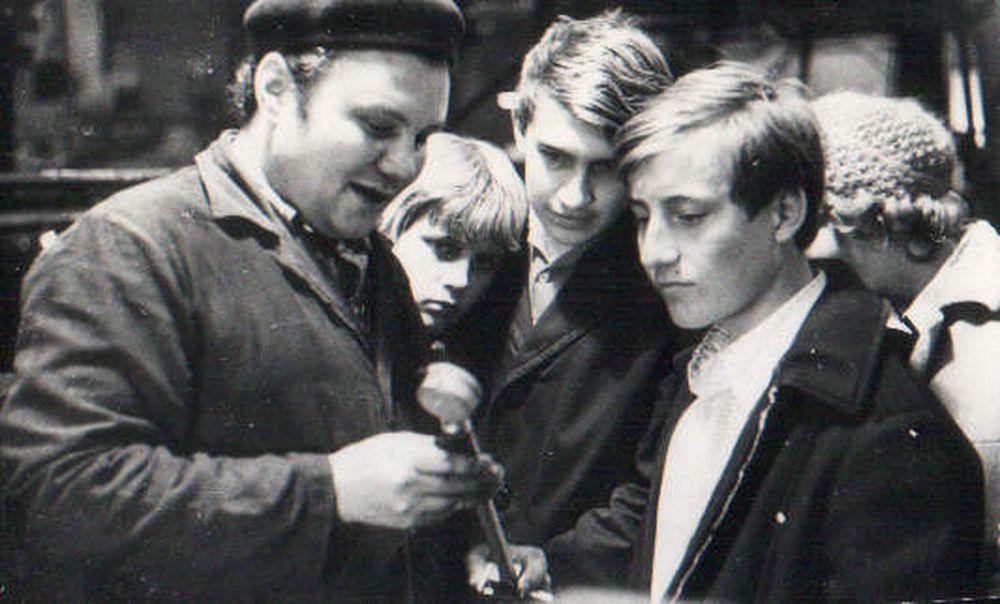 Герой Социалистического Труда, токарь КЗКТ Набатников Юрий Иванович с учащимися ПТУ. 1970-е гг.