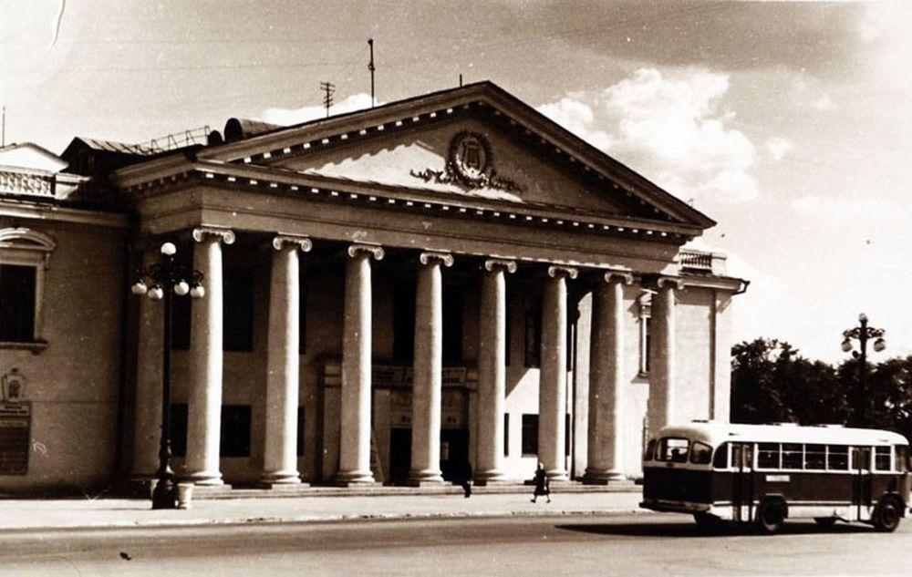 Новое здание Курганского областного драмтеатра. 1950-е гг.