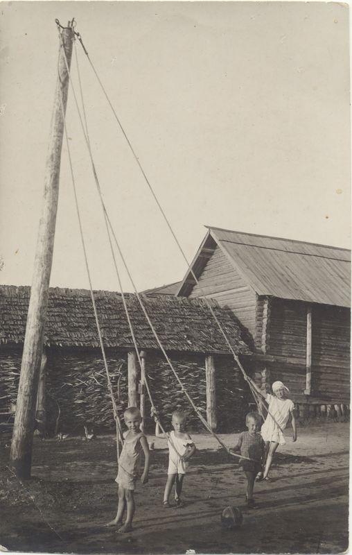 Дети на самодельной карусели. 1930-е гг.